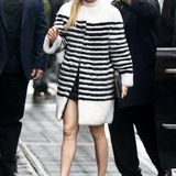 Im schwarz-weißen Streifen-Look ist Jennifer Lopez gerade bei New Yorker Schmuddelwetter ein toller Hingucker.