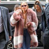In Jeans und rosafarbenem Kuschelmantel ist Jennifer Lopez mal besonders gemütlich unterwegs.