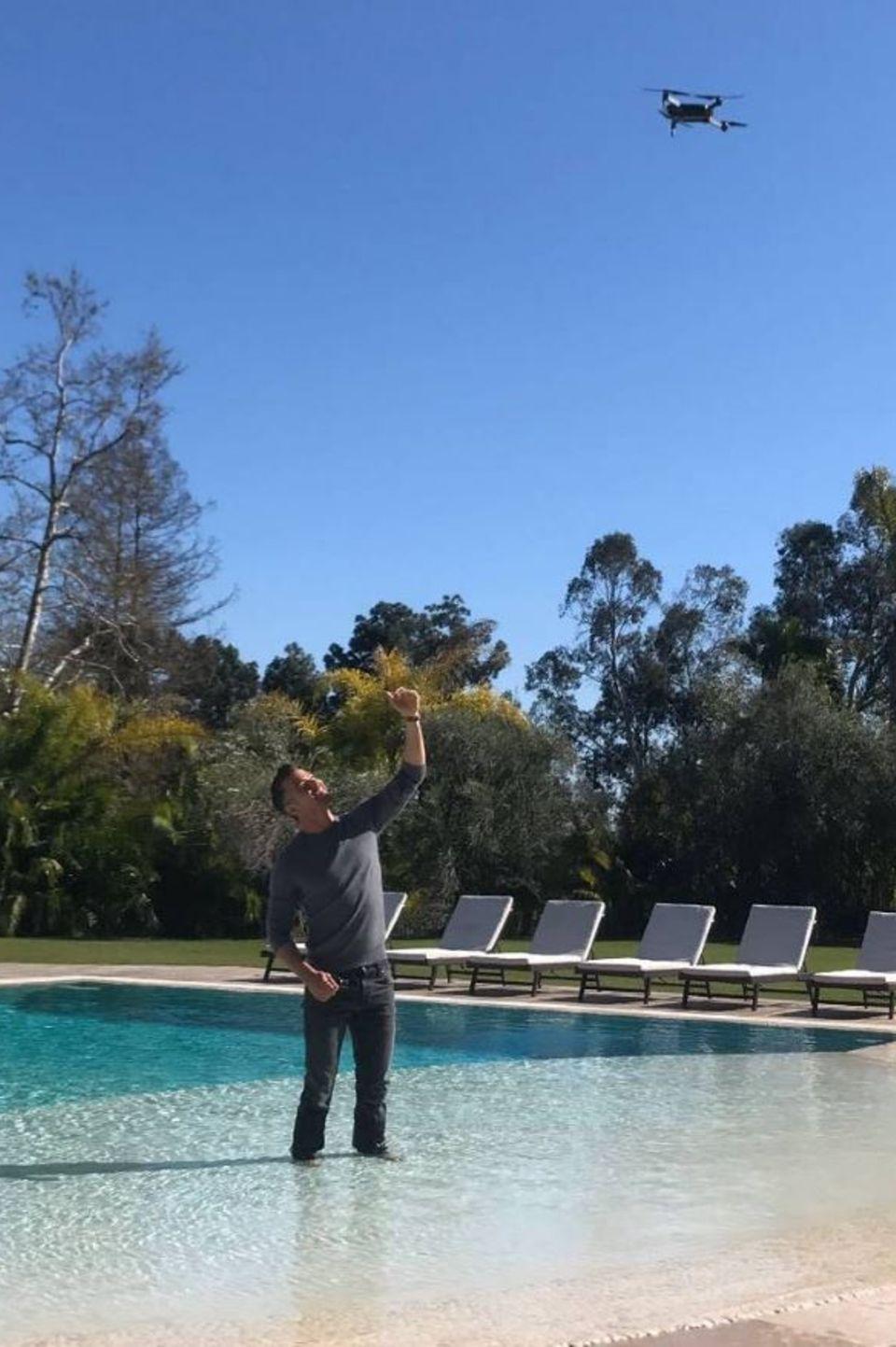 3. März 2017  Mehrere Fragen stellen einem beim Betrachten dieses Fotos: Warum hat Josh Duhamel seine Hosen an und steht im Pool und warum wird er von einer Drohne beobachtet. Leider möchte er zu diesen Fragen keine Antworten geben.