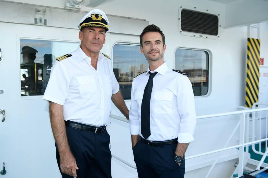 """Sascha Hehn als """"Kapitän Victor Burger"""" und Florian Silbereisen als Offizier im """"Traumschiff: Tansania"""" (16. April 2017, 20.15 Uhr, ZDF)"""