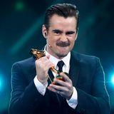 """Hier hält Colin Farrell den Preis für den """"Besten Schauspieler International"""" in der Hand."""