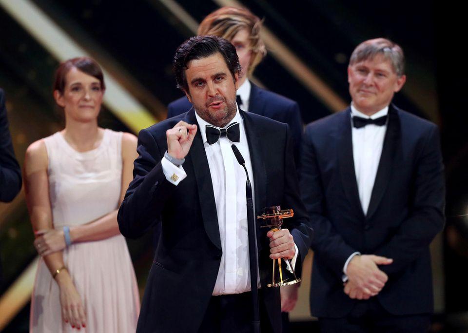 """""""Bester Mehrteiler/Miniserie"""" geht an """"Morgen hör ich auf"""" (ZDF). Bastian Pastewka und sein Team nehmen den Preis entgegen."""