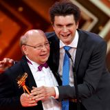 """Die Publikumswahl für die beliebteste Satire-Show geht an die """"Heute Show"""". Den Preis nehmen Hans-Joachim Heist und Lutz van der Horst entgegen."""