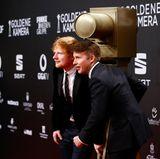 """Ed Sheeran bekommt den Preis """"Beste Musik International"""" von Musikerkollegen James Blunt überreicht. Beide posieren vor der Show zusammen für die Kameras."""