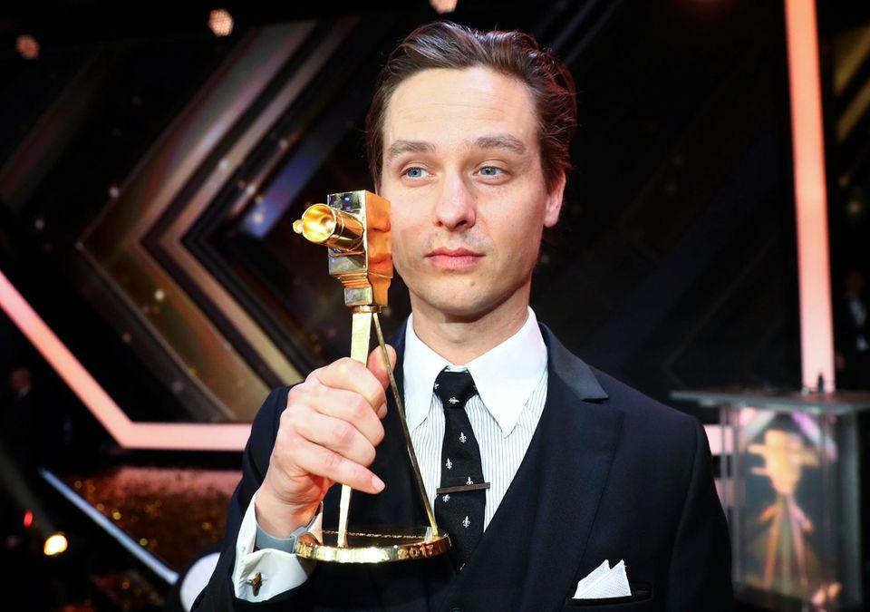"""Bester deutscher Fernsehfilm wird """"Auf kurze Distanz"""". Tom Schilling nimmt den Preis stellvertretend für das Team entgegen."""