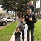 """5. März 2017  Dürfen wir vorstellen: """"Das sind wir"""". Hilaria Baldwin postet dieses Familienfoto. Mit drei Kindern ist es einfach nicht möglich, dass alle schön in die Kamera schauen, aber dafür authentisch."""
