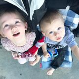 4. März 2017  Carmen und Rafael strahlen ihre Mama vom Kinderwagen aus an.