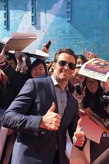 Hugh Jackman nimmt sich für seine Fans im chinesischen Beijing Zeit und unterschreibt Autogramme.