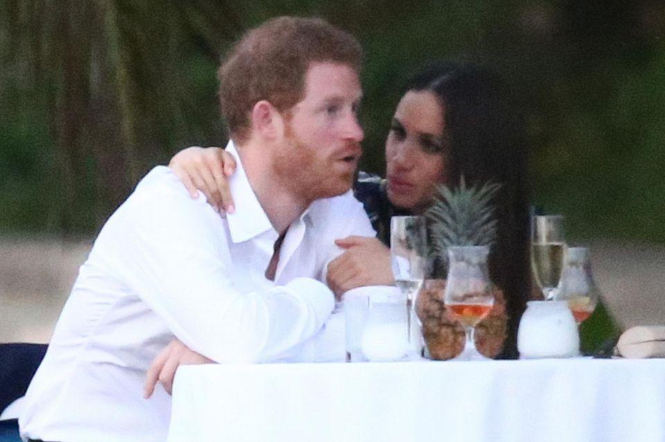 Prinz Harry und Meghan Markle sehr vertraut: Was dem Royal wohl durch den Kopf geht?