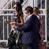 Meghan Markle besuchte gemeinsam mit ihrem Freund Prinz Harry eine Hochzeit in Jamaika. Ihr Outfit? Ein bodenlanges Kleid mit Volants und bunten Mustern vom Label Erdem für knappe 1.400 Euro. Ihre Sonnenbrille ist von Dior (um 288 Euro). Doch ein Detail an ihrem Handgelenk lässt Fragen offen ...