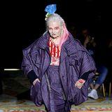 Ganz stolz präsentiert Star-Designerin Vivienne Westwood die Herbst/Winter-Kollektion ihres Mannes Andreas Kronthaler für ihr Fashion-Label selbst.