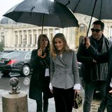 Paris zeigt sich zur Fashion Week von seiner ganz regnerischen Seite. Das hält aber Olivia Palermo nicht vom Besuch der Elie-Saab-Show ab.