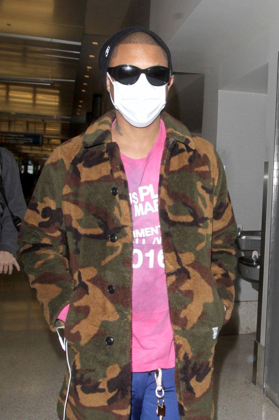 5. März 2017  Mit eigentümlicher Gesichtsmaske istPharrell Williams am Flughafen in Los Angeles zu sehen. Warum der Musiker diese trägt, ist aber leider nicht geklärt.