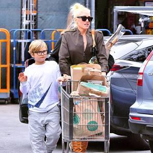 """Gwen Stefani und Sohn Zuma haben bei """"Whole Foods"""" in Los Angeles den Wagen voll beladen."""