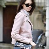 Was Kendall Jenner trägt muss einfach Trend sein! Das Topmodel und It-Girl posiert mit der aktuell angesagtesten It-Bag überhaupt. Die Signature Schultertasche von Karl Lagerfeld trägt aber nicht nur sie ...