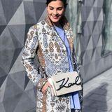 Auch bei Bloggern ist die Tasche mit dem eleganten Schriftzug sehr beliebt - Nina Schwichtenberg von fashiioncarpet trägt die beige Variante.