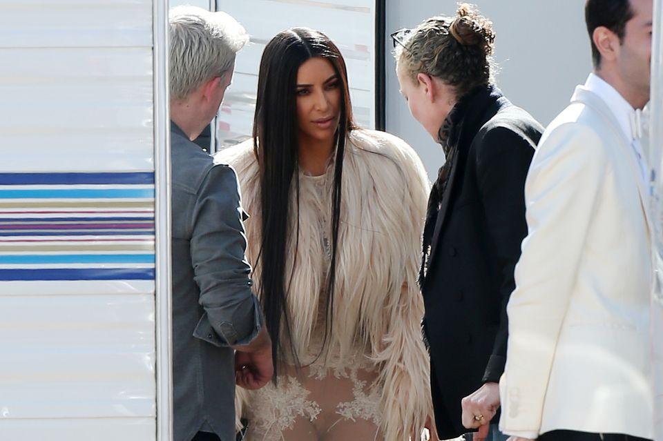 """Auch Kim Kardashian wurde am Montag (6. März) in einem ziemlich freizügigen Kleid am Set von """"Ocean's Eight"""" gesichtet."""