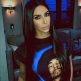 Perfekt geschminkt, glänzende, gut frisierte Haare und dann das. Kim Kardashian trägt Snoop Dogg auf der Brust. Eine Hommage an den Rapper und Schauspieler oder einfach nur Schlabberlook?