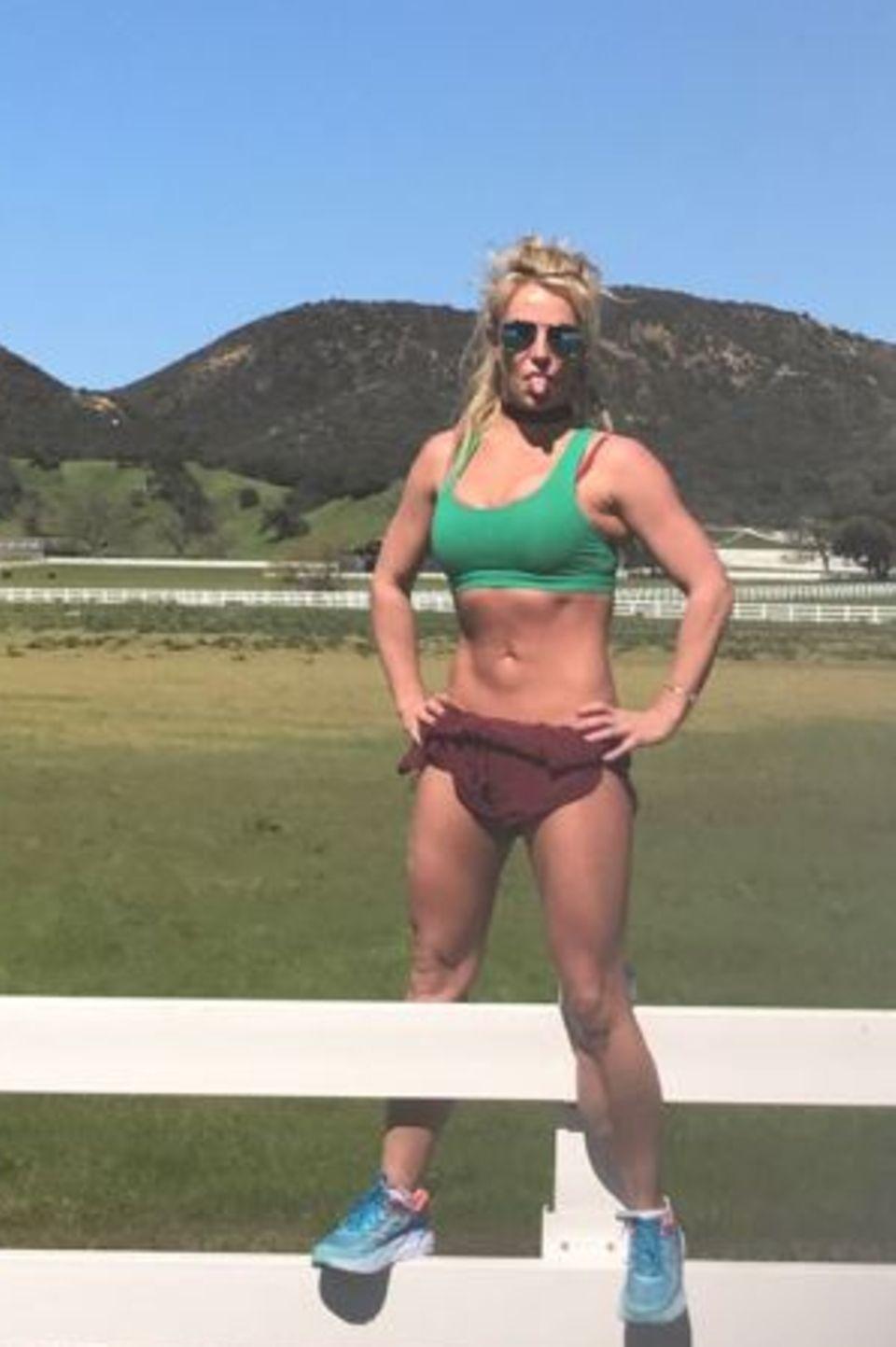 Britney Spears ist wieder voll in Shape. Verständlich, dass sie das mit der Welt teilen möchte. Um ihren Körper besonders muskulös und durchtrainiert zu präsentieren, hat sie sich dafür jedoch ein Posing einfallen lassen, dass eher merkwürdig als superfit aussieht: Bauch einziehen, Luft anhalten, Muskeln anspannen, Füße hüftbreit hinstellen, Hände in die Hüfte stemmen und bloß nicht ausatmen.