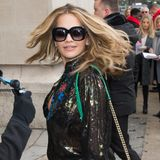 Ganz beschwingt betritt auch Rita Ora das Grand Palais, wo traditionell die Chanel-Show stattfindet.