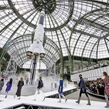 Jetzt hebt Karl Lagerfeld völlig ab! Seine Chanel-Show wird diesmal vor einer beeindruckenden Raumfahrt-Kulisse samt Rakete inszeniert.