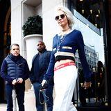 Cara Delevingne zeigt sich bei Chanel nicht nur sportlich-maritim, sondern vor allen Dingen mit neuer Bob-Frisur und weißblonden Haaren.