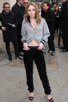 Sportlich-schick in Grau-Schwarz präsentiert sich Chanel-Muse Lily-Rose Depp bei der Fashion-Show im Pariser Grand Palais.