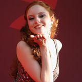 Barbara Meyer, das zweite von Heidis Topmodels, ist nach ihrem Sieg in 2007 noch sehr schüchtern auf dem roten Teppich unterwegs und verteilt Küsschen an die Fotografen.