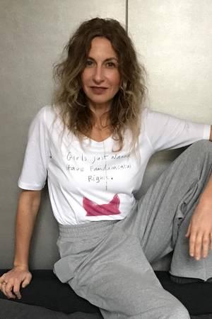 GALA-Kolumnistin Sue im Feminismus-Shirt von Illustratorin Kera Till