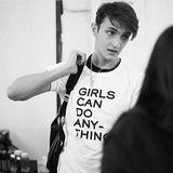 """Supermodel-Bruder Anwar Hadid fühlt sich in der Frauenwelt sichtlich wohl. Das Shirt """"Girls Can Do Anything"""" stammt vom französischen Label Zadig & Voltaire."""