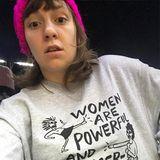 """""""Frauen sind mächtig und gefährlich"""" und Lena Dunhams Shirt-Motto ist es auch."""
