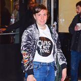 """""""Unsere, nicht eure"""" - Das Shirt von Lena Dunham lässt einen gewissen Interpretationsspielraum offen, keinen aber darüber, dass Lena Dunham feministisch engagiert ist, auch bei der Wahl ihrer Outfits."""