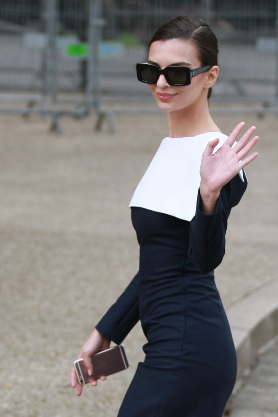 Wie die junge Audrey Hepburn sieht Emily Ratajkowski aus, als sie kurz vor Beginn der Show über den Vorplatz der Location läuft.