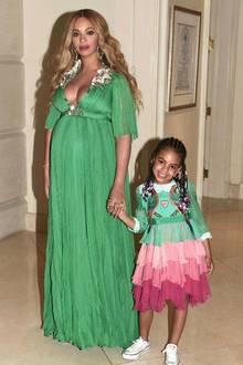 """Zur Hollywood-Premiere von """"Die Schöne und das Biest"""" brachte Beyoncé Knowles nicht nur Ehemann Jay-Z, sondern auch Töchterchen Blue Ivy mit. Beide Damen haben sich für diesen Familientrip in (Gucci-)Schale geworfen: Beyoncé trägt ein Kleid für schlappe 25.000 Euro, Blues Seidenkleid für über 1200 Euro ist dagegenfast ein Schnäppchen. Ein bildschönes Foto für das Familienalbum ist auf jeden Fall entstanden."""