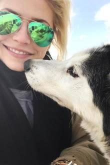 5. März 2017  Lena Gercke bekommt einen Kuss von diesem hübschen Husky.