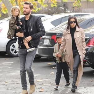 Scott Disick mit Penelope auf dem Arm, Kourtney Kardashian hält Mason an der Hand