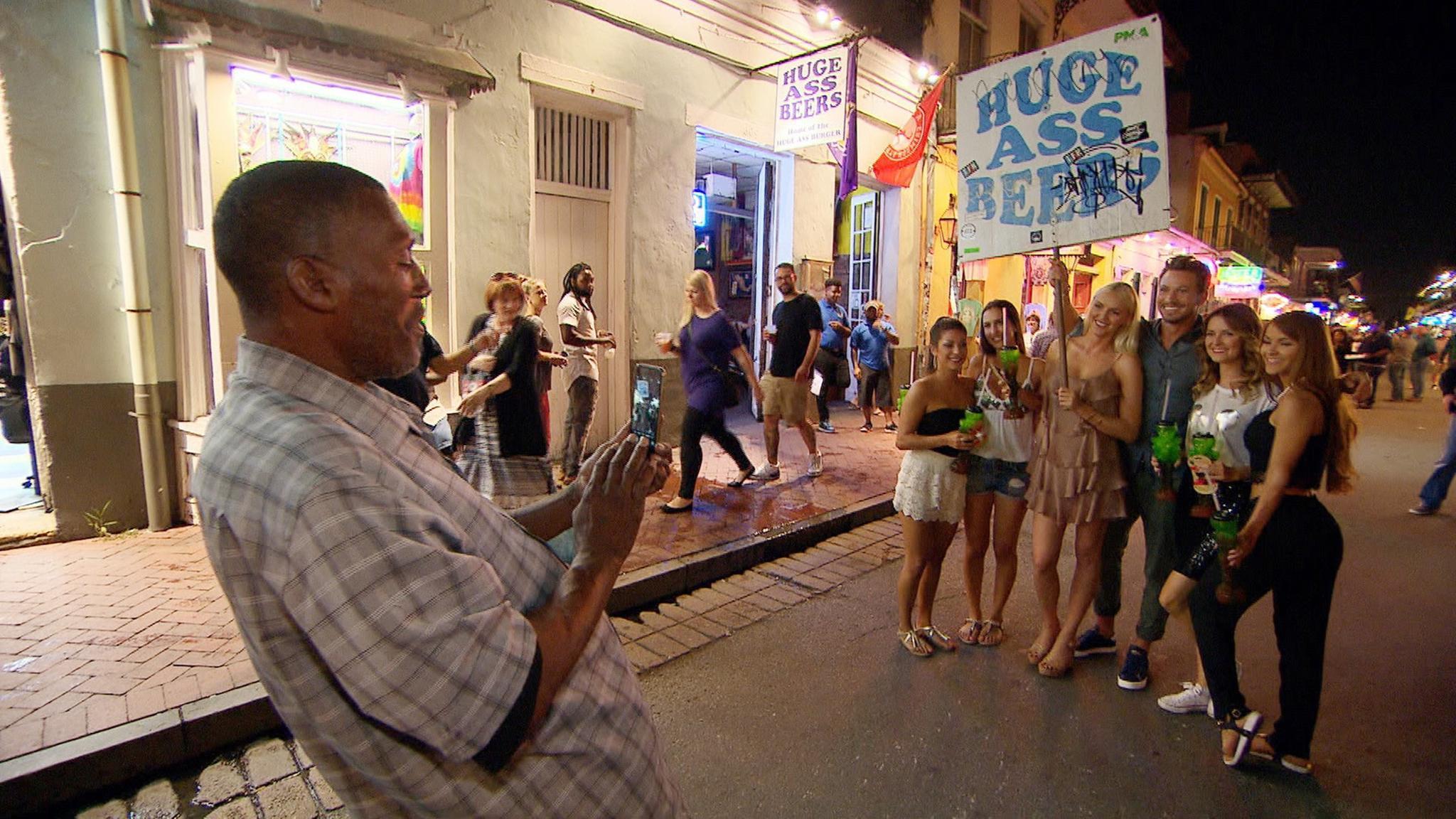 Sebastian und die restlichen Kandidatinnen amüsieren sich beim Mardi Gras in New Orleans.