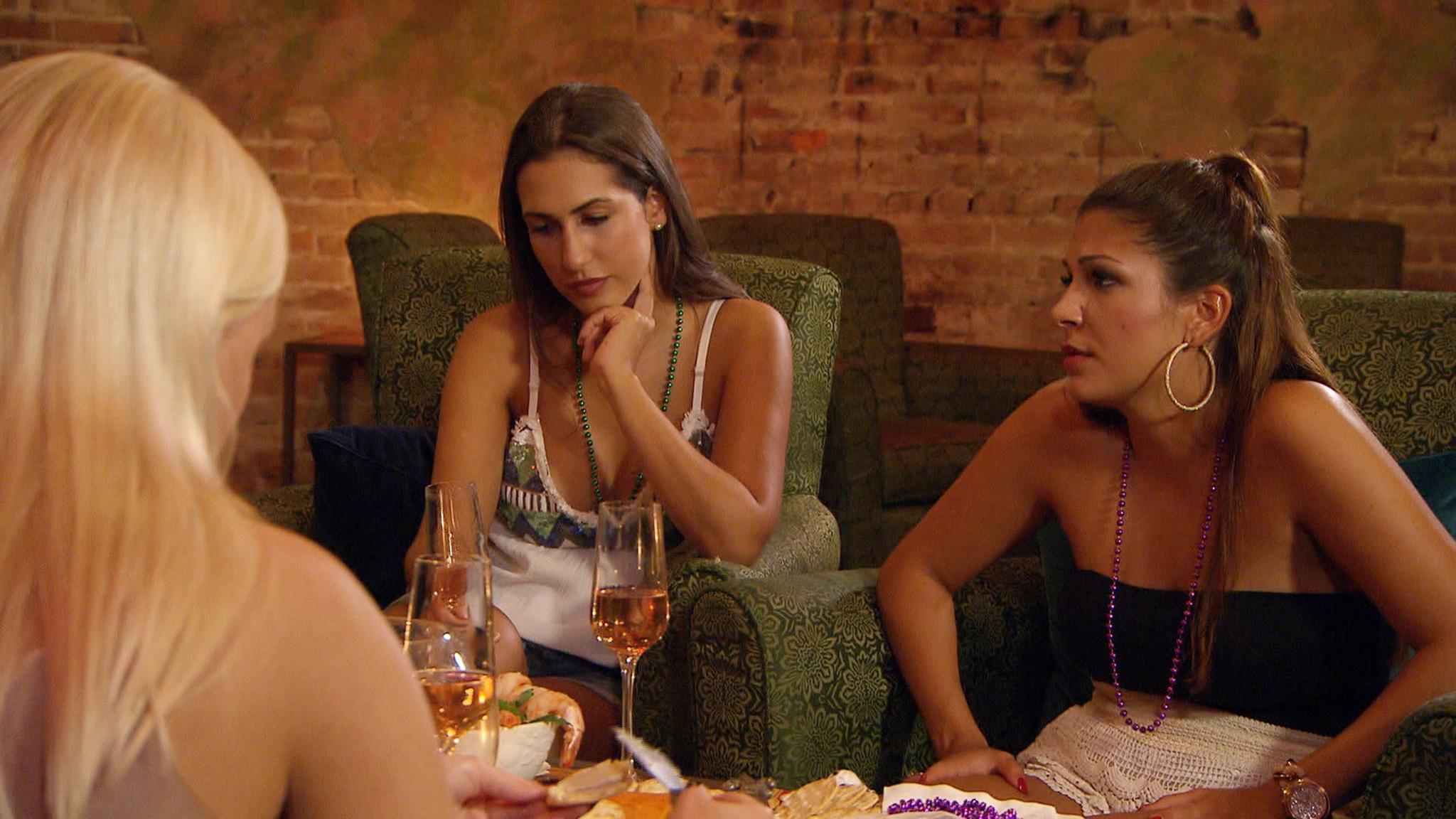Während Sebastian mit Viola knutscht, schauen die anderen Ladys in die Röhre.