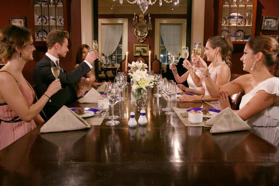 Das angebliche Dinner mit Sebastian endet in einer Rosenvergabe. Inci muss gehen.