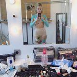 """""""Das Leben eines Models"""" schreibt Lottie Moss zu diesem Foto auf Instagram. Dabei trägt sie nichts weiter als einen hautfarbenen Slips. Ganz schön freizügig! Für ein Body-Painting Shooting aber ein Muss."""