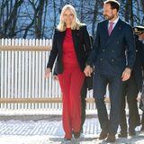 """Im roten Ensemble gibt Prinzessin Mette-Marit die """"Lady in Red"""". Um den Einteiler etwas weniger sexy zu stylen, kombiniert sie ihn mit einem schlichten Blazer. So erhält sie ein formelles und gleichzeitig modisches Outfit."""