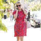 Bei Reese Witherspoon ist der Frühling ausgebrochen. Sie trägt zu ihrem floralen Printkleid bereits Sandaletten. Besonders schön daran: der zarte Ton passt perfekt zu ihrer Beuteltasche.