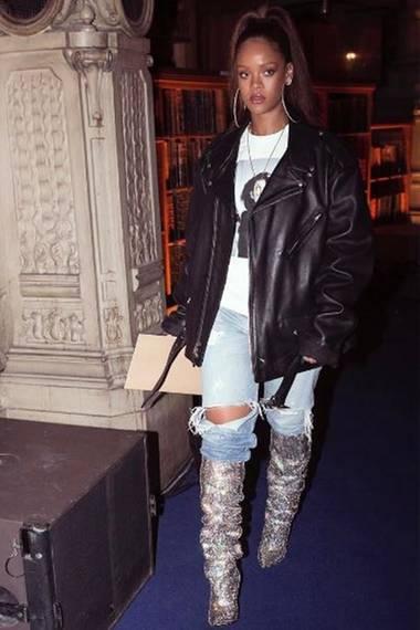 """""""Frisch vom Laufsteg"""", schreibt Rihanna zu diesem Instagram-Foto. Sie ist der erste Star, der die Glitzer-Stiefel von Saint Laurent trägt. Mit zerrissenen Jeans, weiter Lederjacke und XXL-Creolen gibt sie dem Runway-It-Piece ihre persönliche Note."""