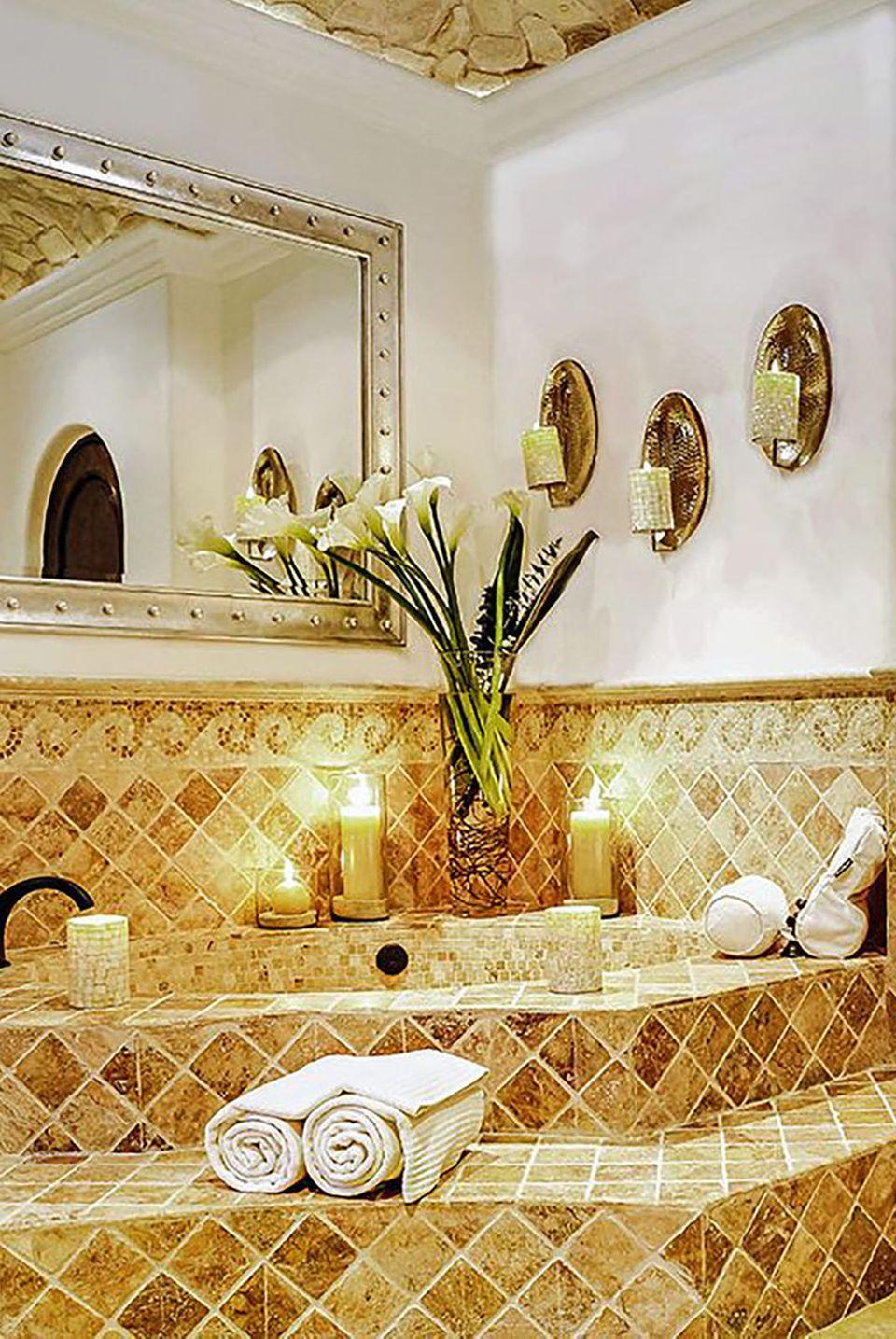 Unter ihren Gästen waren die Superstars: Cindy Crawford, Kris Jenner und Nina Dobrev, die sich unter anderem von solch luxuriösen Badezimmern haben verwöhnen lassen.