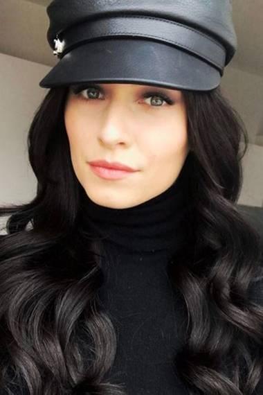 Huch! So kennt man Lena Gercke ja gar nicht! Für ein Modelprojekt ist sie plötzlich brünett, ja fast schon schwarzhaarig. Mit ein wenig rotem Lippenstift könnte sie so glatt als schönes Schneewittchen durchgehen.