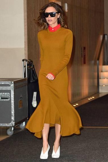 Wohl kaum jemand kann Victoria Beckhams Kreationen besser zur Schau tragen, als die Designerin selbst. Sie kombiniert das Wollkleid aus ihrer Winterkollektion 2017 zu weißen Stiefeletten.