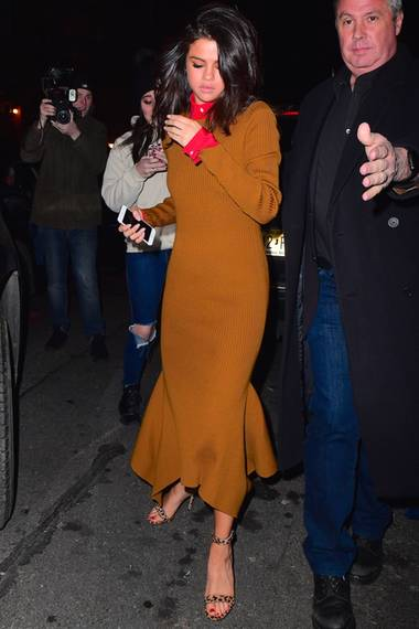 Doch auch Selena Gomez macht in dem Kleid mit integrierter Bluse eine tolle Figur. Mit Leo-Heels und roten Fußnägeln verleiht sie dem Meerjungfrauen-Stück einen sexy Touch. Steht ihr das Kleid womöglich besser als Posh?