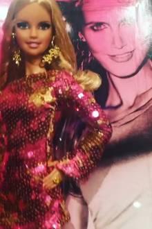Kaum zu glauben, Barbie ist schon 58 Jahre alt. Man sieht es ihr nicht an. Zum Geburtstag bringt Mattel einige Sonderfiguren raus. Auch eine Heidi-Klum-Barbie ist dabei. Sie trägt ein Paillettenkleid und ist optisch sehr gut gelungen.