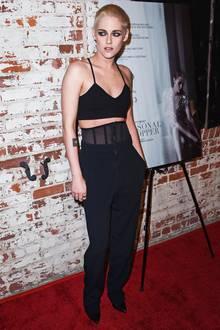 Wer hätte gedacht, dass Sport-Top und weite Hose mit integriertem Mieder auf einem roten Teppich stylisch aussehen könnten. Kristen Stewart zeigt, dass es geht.