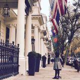 Wenn es mit Papa David auf Tour durch London geht, holt Harper Beckham ihren Roller heraus. Elegant schwingt sie sich so im hübschen Tweed-Mäntelchen durch die Straßen der Metropole.